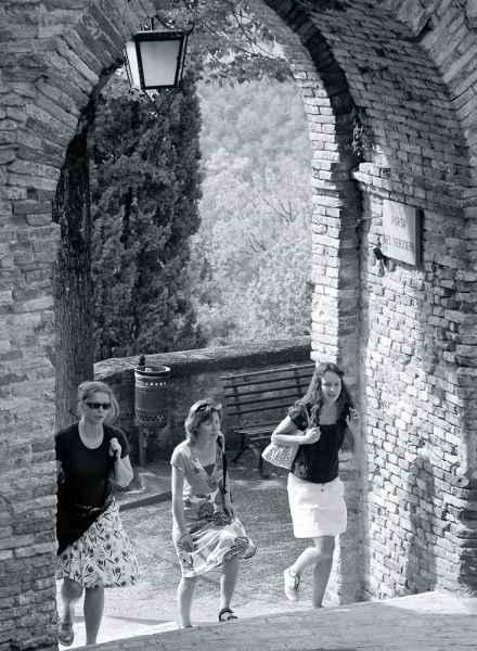 Vacanze a Montone, turisti in visita al famoso borgo medievale dell