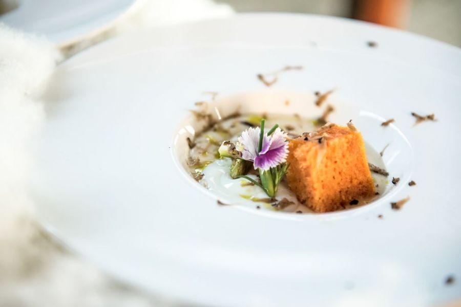 Piatti con fiori ed erbe aromatiche ristorante a Montone vicino a Città di Castello La Locanda del Capitano
