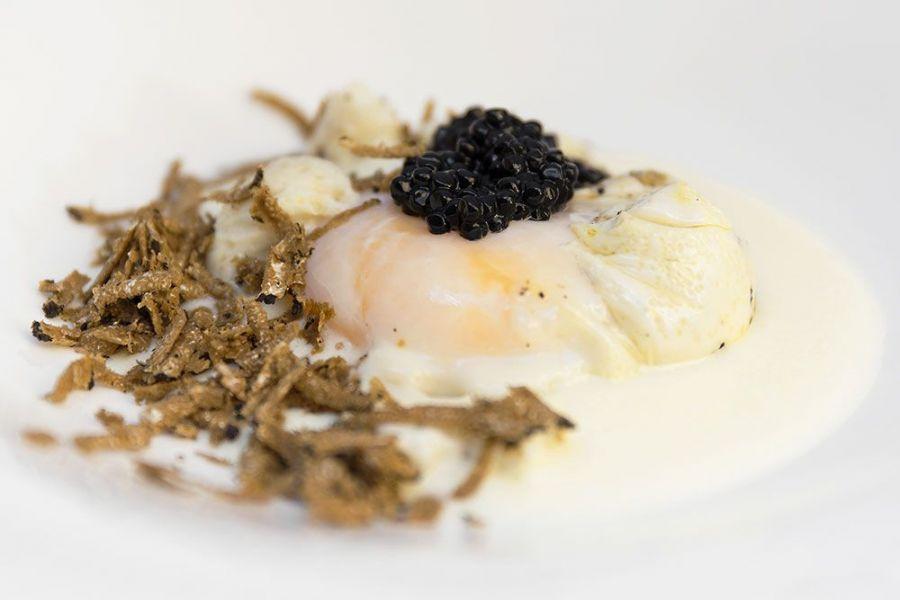 Uovo pochè con tartufo nero e caviale. Chef Giancarlo Polito ristorante La Locanda del Capitano Montone, Perugia